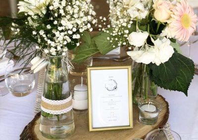 organisation-mariage-centre-table-fleurs-menu-poppins-evenements
